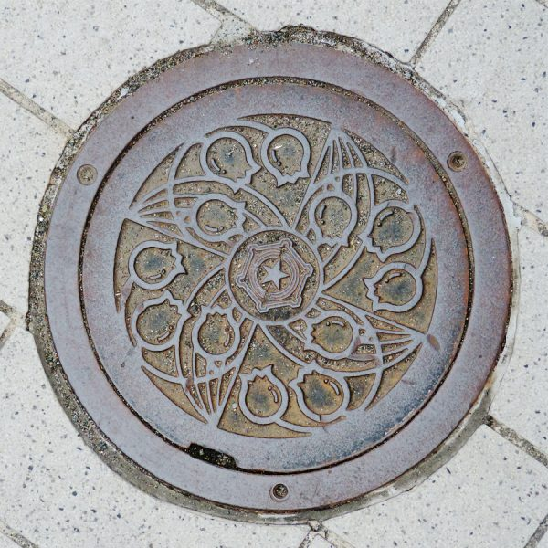 Bouchon vu à Sapporo sur lequel figurent 4 brins de muguet autour du logo de la ville
