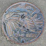 Plaque de regard de chaussée de Furano figurant un skieur