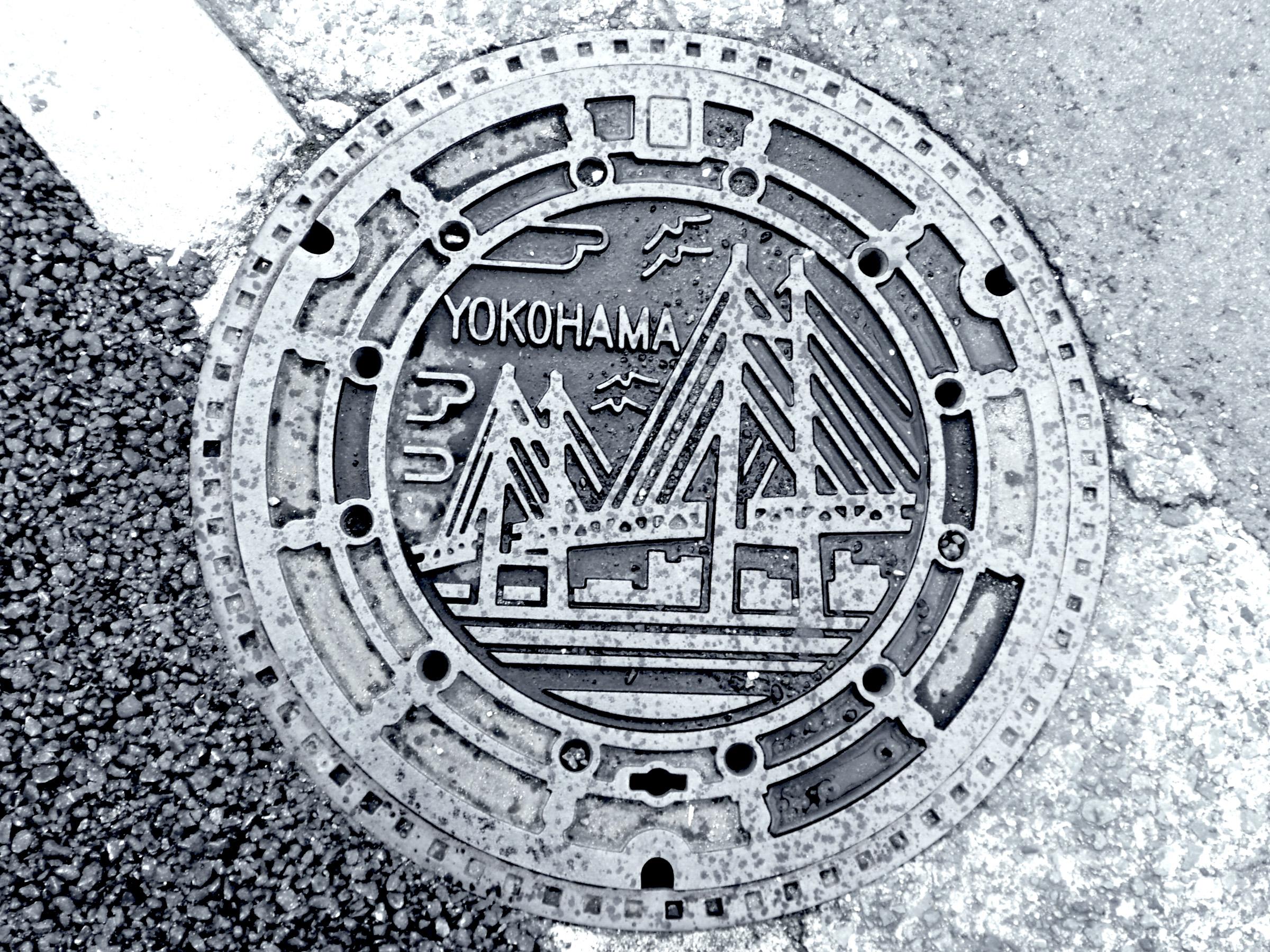 Plaque vue à Yokohama où figure un pont