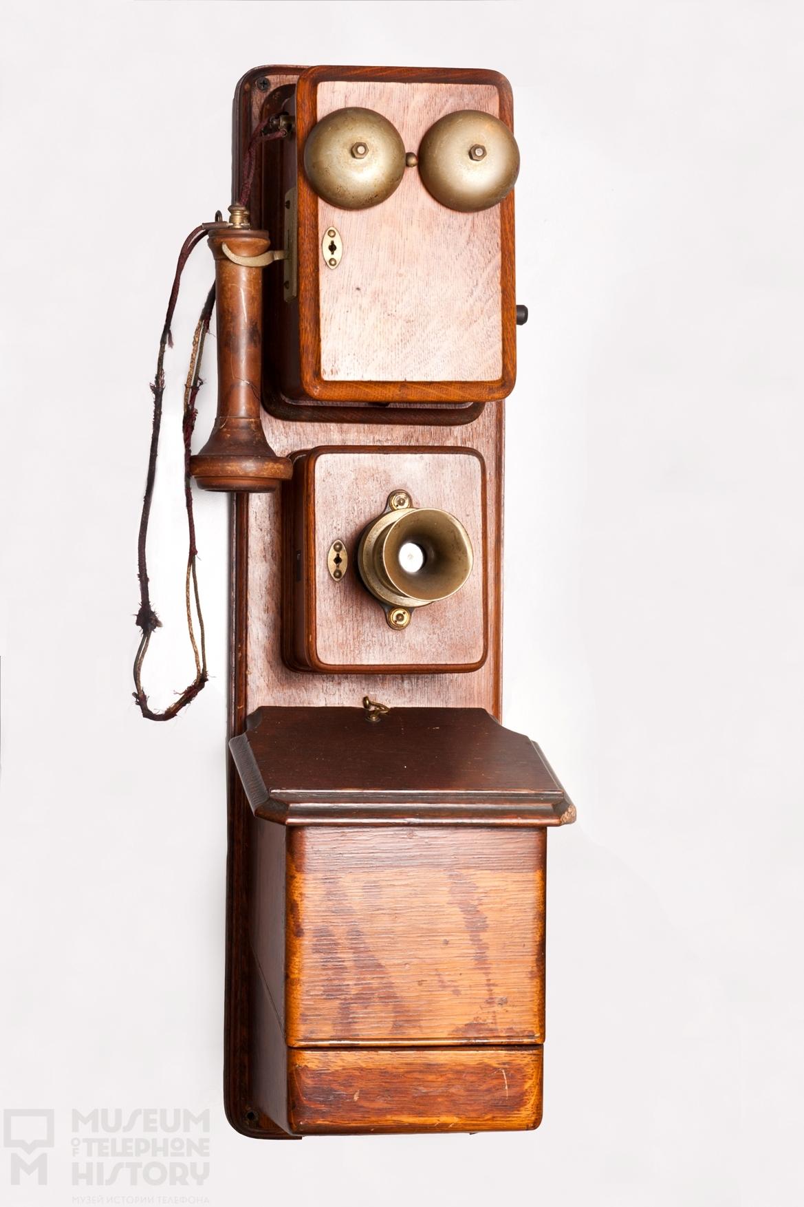 Ancien appareille téléphonique en bois