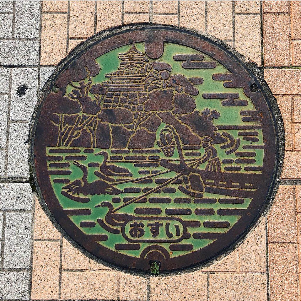 Plaque d'Inuyama, un pécheur avec trois cormoran dans les douves du château représenté en arrière plan