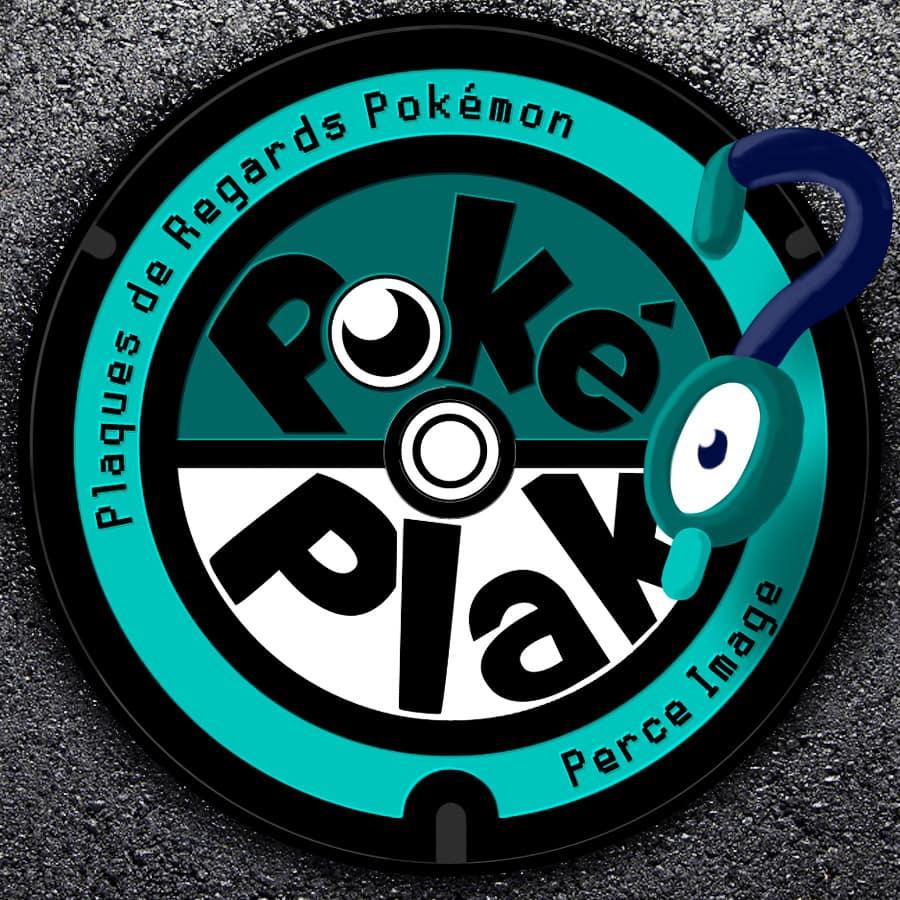 """Plaque fictive aux couleurs de Perce Image, inspiré du logo du """"Pokémon local act"""". Une pokéball sur laquelle est écrit """"Poké Plak"""", autour est écrit : """"Plaques de Regards Pokémon ; Perce Image"""""""